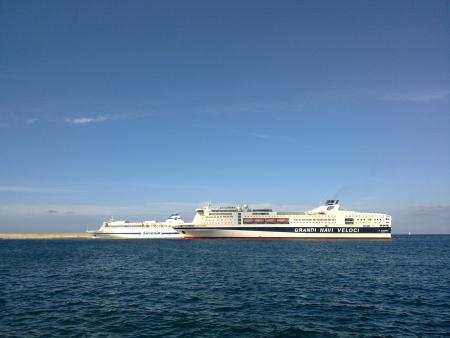 Navi al porto (Palermo)